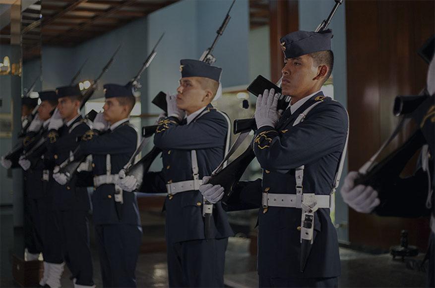 Oficiales mostrando su armamento