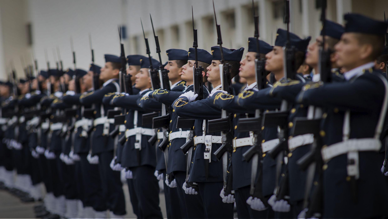 Oficiales marchando
