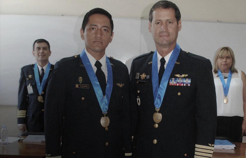 Oficiales mosrando sus medallas