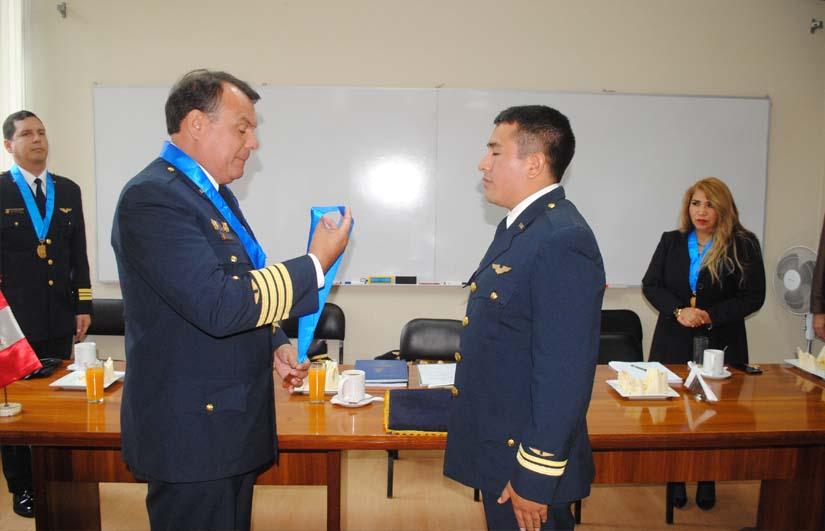 Oficial recibiendo una medalla