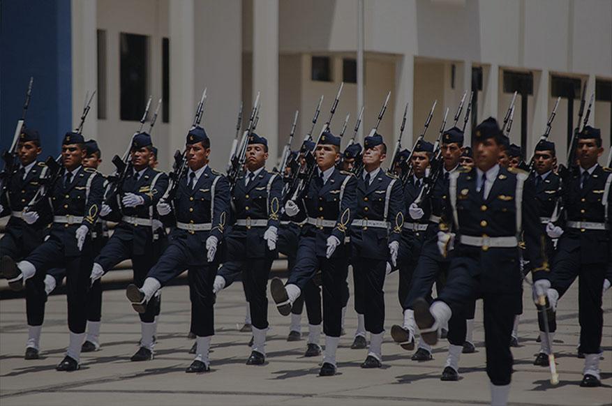 Oficiales en pleno desfile