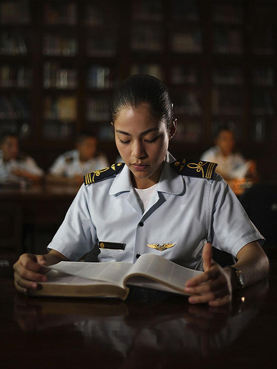 Oficial en la biblioteca